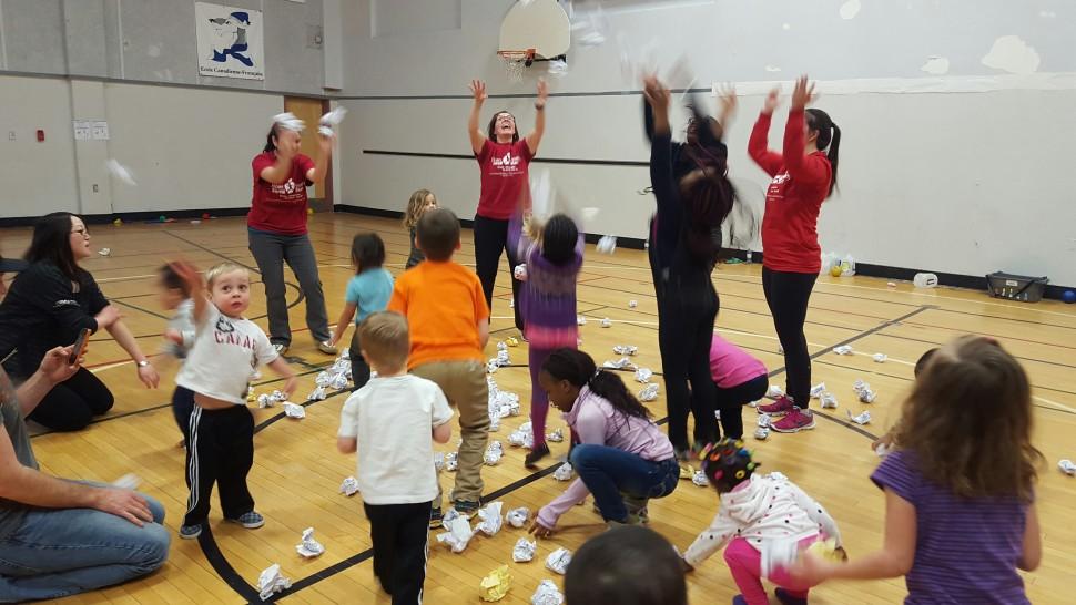Enfants faisant de l'exercice